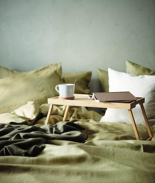 Nyhet hos Ikea är Resgods sängbricka i bambu där muggar och tallrikar står stadigt. Ljust olivgröna påslakan och örngott heter Puderviva.