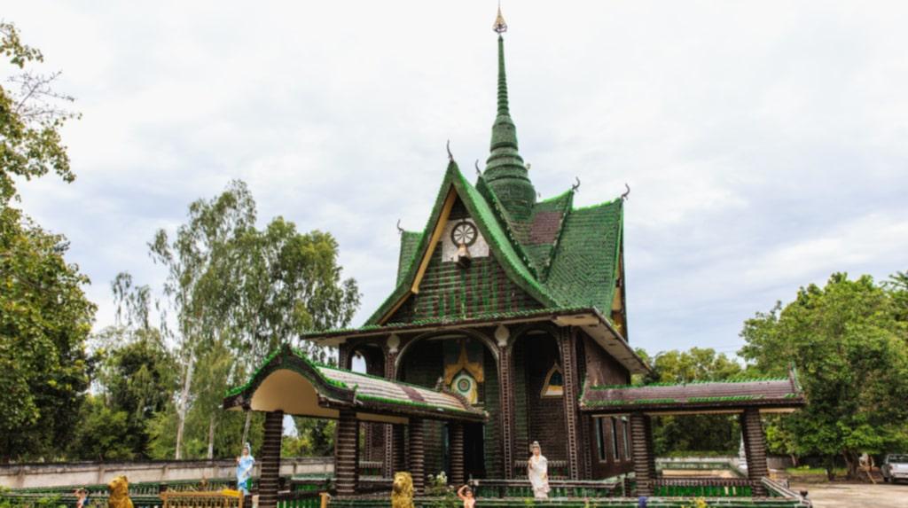 <p>Tempel i Thailand byggt av glasflaskor.</p>