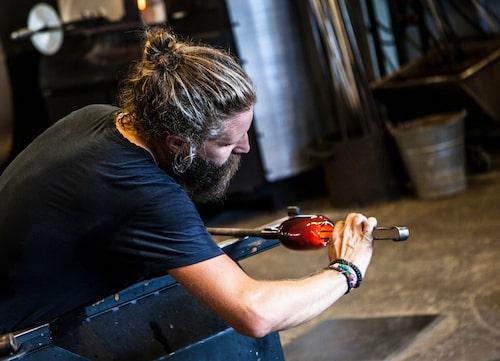 På Glass Factory finns chans att fynda bland unga glasblåsares alster.