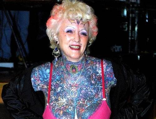 Isobel Varley bjuds ofta in till tatueringskonvent runt om i världen där hon oblygt visar upp sin kropp. Hennes egen favorittatuering är tigerfamiljen på magen.