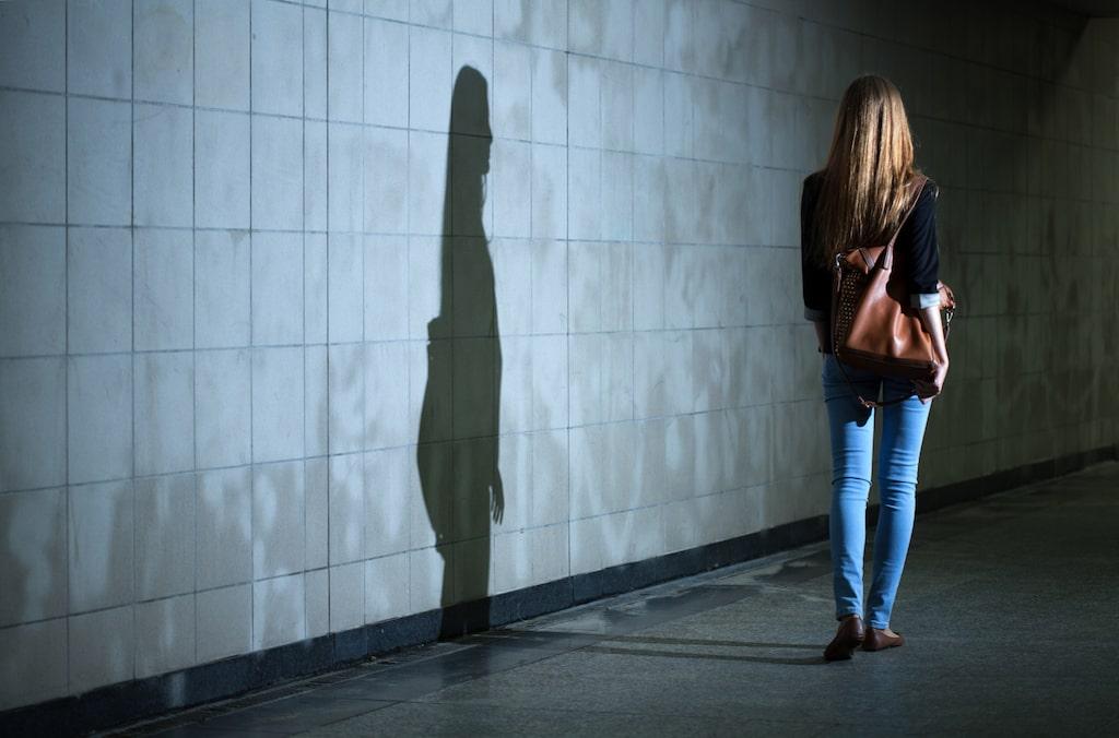 Att gå ensam hem eller hemifrån en kväll kan vara obehagligt.