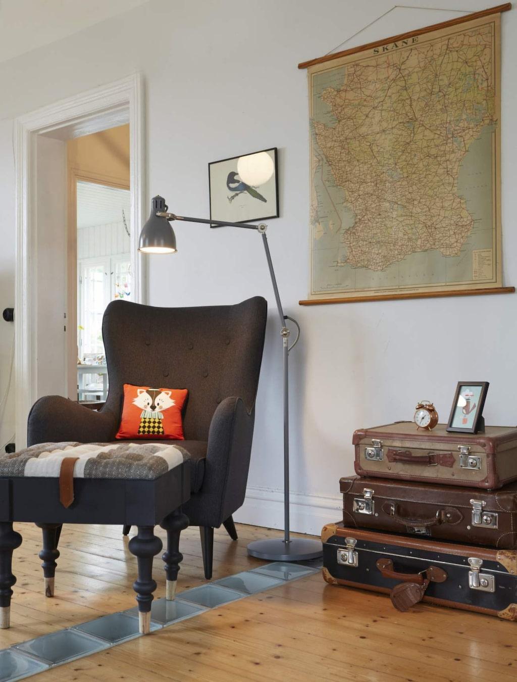 Fåtölj från Ilva tillsammans med fotpall från Indiska. Avställningsbordet är tre gamla resväskor, loppisfynd förstås.