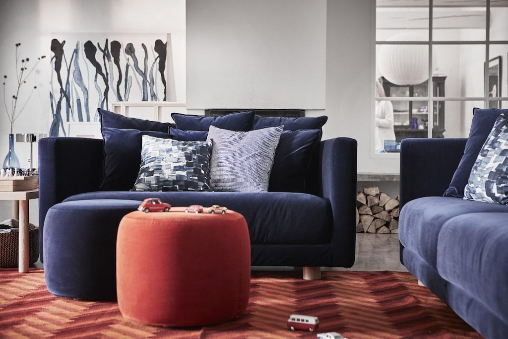 Då bekvämlighet är ett nyckelord denna gång valde designer Ola Wihlborg att ta hem soffan och prova den själv med sin familj under ett par månader. Mörkblå 2-sits sammetssoffa 9995 kronor, sittpuff 1295 kronor.