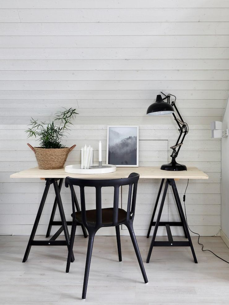Skrivbordet är en kär möbel som Andreas har byggt. Bordsben, Ikea. Lampa By Rydens. Stol, Ikea. Bricka Tine K. Ljusstake från Paradisverkstaden på Öland. Print från Desenio.