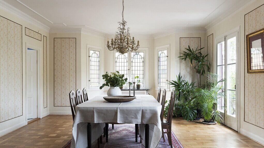 Två stora pardörrar finns i matsalen och leder ut till den härliga terrassen.