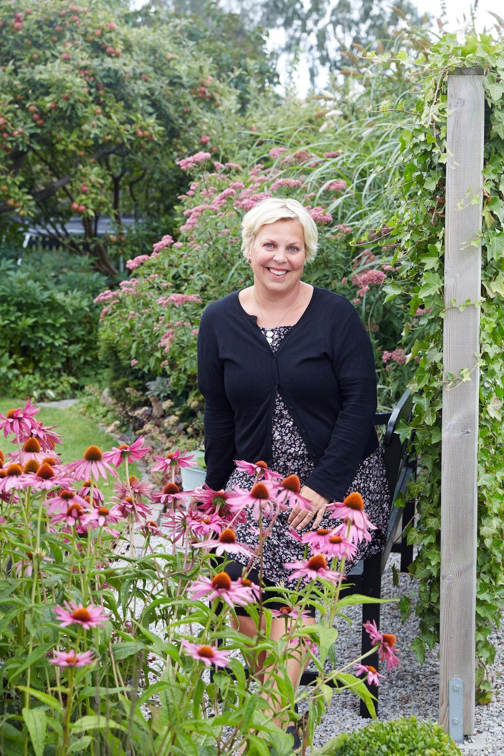 Bjuder man in Hanna på fika eller middag sommartid så kan man vara ganska säker på att man får en bedårande bukett plockad i egna trädgården.