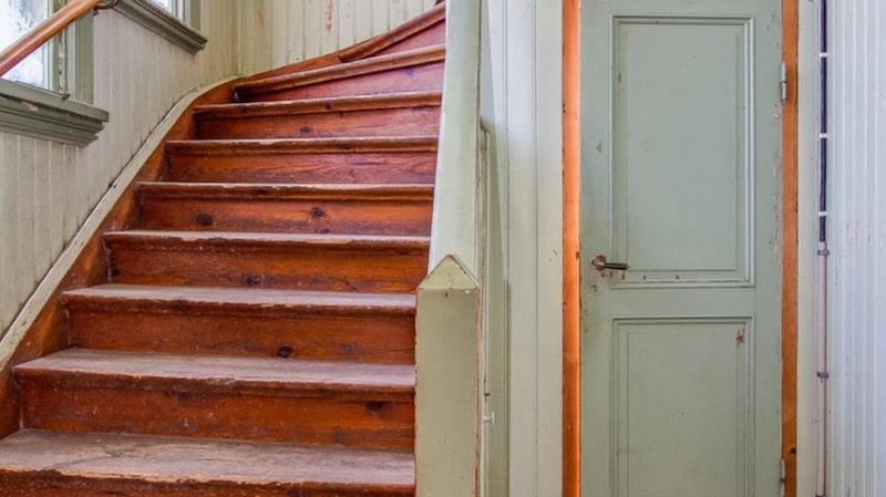 Trappan leder till övervåningen och tvårumslägenheten som ligger där.