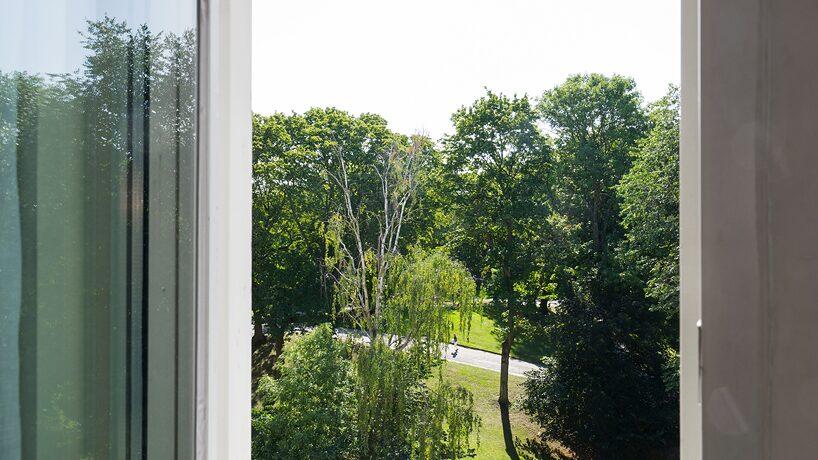 Köket och vardagsrummet har fönster i två väderstreck med utsikt över Kronobergsparkens grönska i väst.
