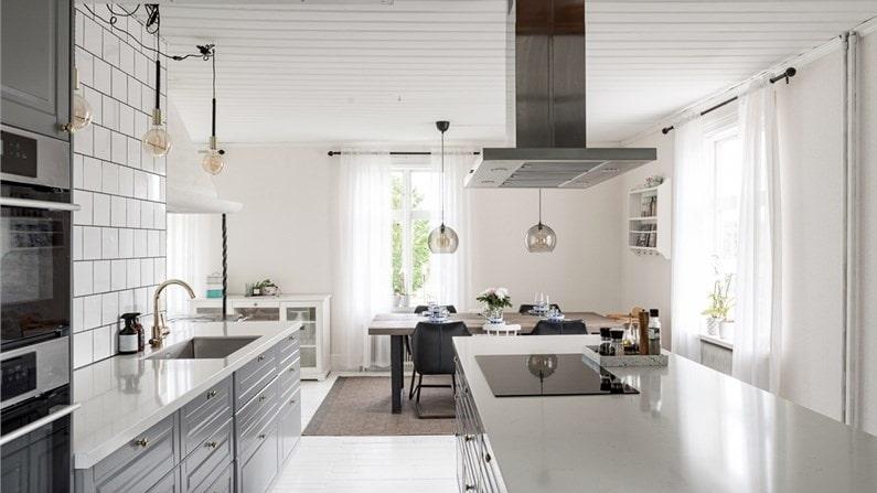 Här finns ett stort nybyggt kök på 47 kvadratmeter med stor köksö med förvaring och en mysig sittplats vid fönstret.