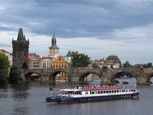 Karlsbron hör till de mest givna turistattraktionerna. Men på kort promenadavstånd därifrån finns ett helt annat, mindre känt Prag.