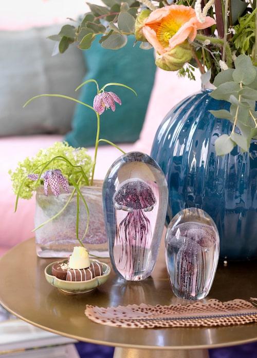 Brevpress med manet, 480 kronor, vit och rosa vas, 550 kronor, Dis inredning. Turkos rund metallvas, 995 kronor, Floristkompaniet.
