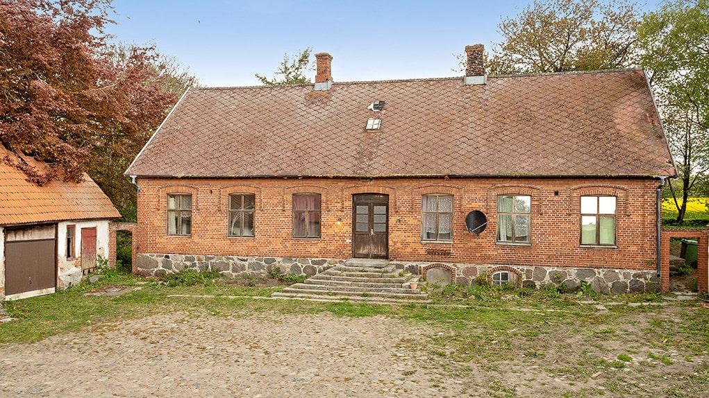 Dock är inte allt som det det ser ut att vara... Huset från 1909 som var en pampig fyrlänga en gång i tiden har förfallit rejält... Kika på fler bilder nedan!