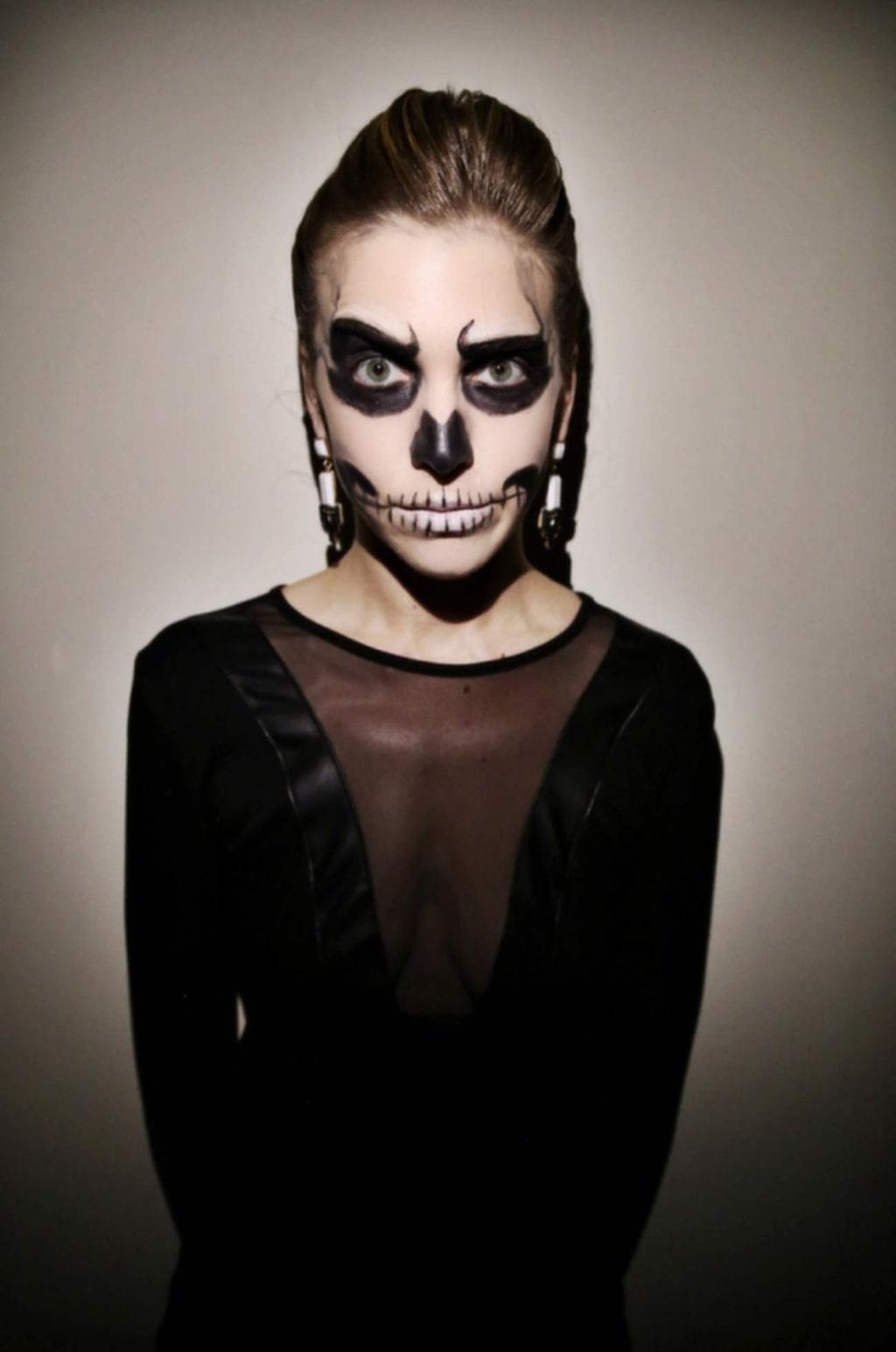 """<p><strong>SKELETTET</strong><br>Allt du behöver i klädväg till den här looken är någonting svart. Fokusera på ögonen och täck gärna läpparna med foundation innan du målar över munnen.<br>Bild: <a href=""""http://stylecaster.com/halloween-skeleton-makeup/"""">Stylecaster</a></p>"""