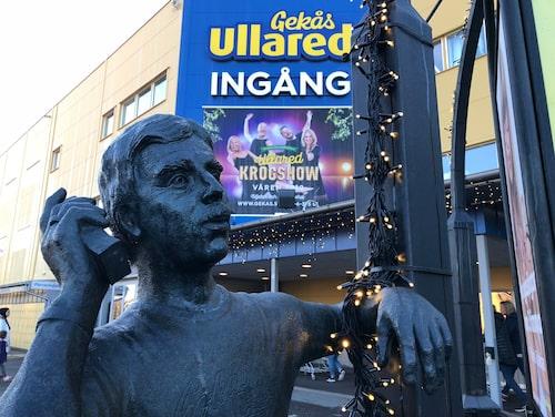 En skulptur av Gekås grundare, Göran Karlsson, möter besökarna vid entrén till varuhuset.