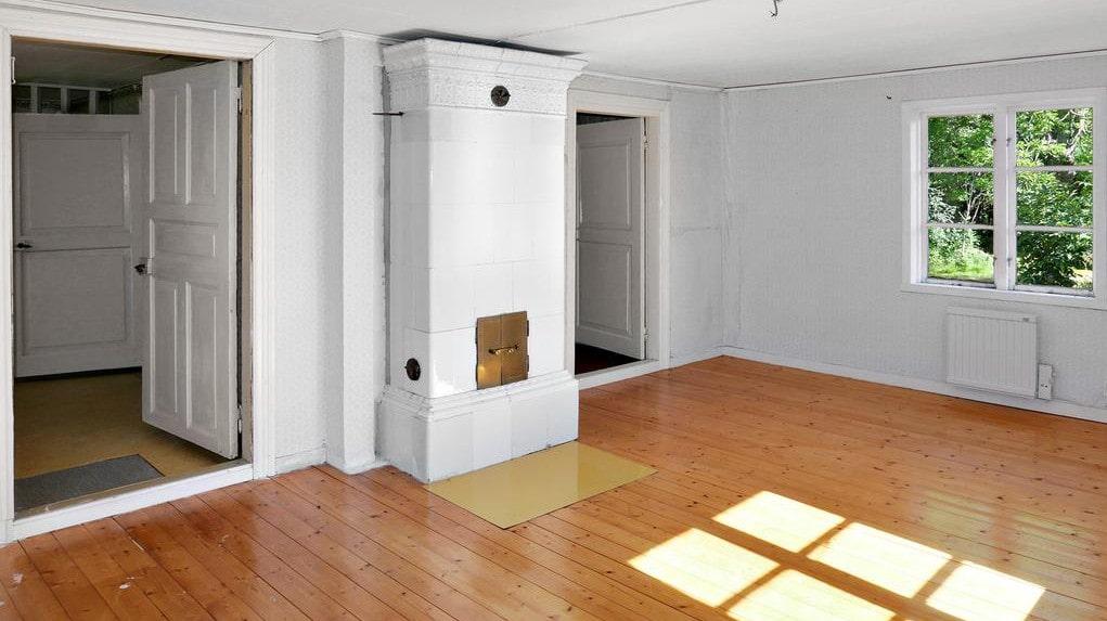 Det andra sovrummet har också kakelugn – och trägolv.