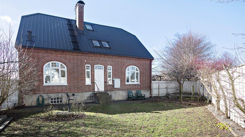 Till huset här en gammaldags trädgårdstomt på 988 kvadrat som har både äppelträd, rosor, pioner, häckar av boxbom, liguster och aronia.