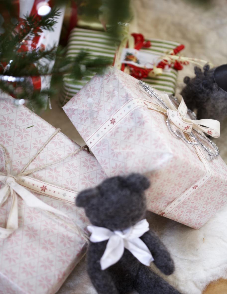 KLAPPARNA<br>Under granen ligger paket till barnbarnen.