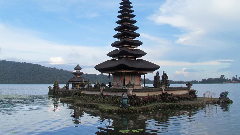Templet Ulun Danu Bratan ser ut att flyta på vattnet.