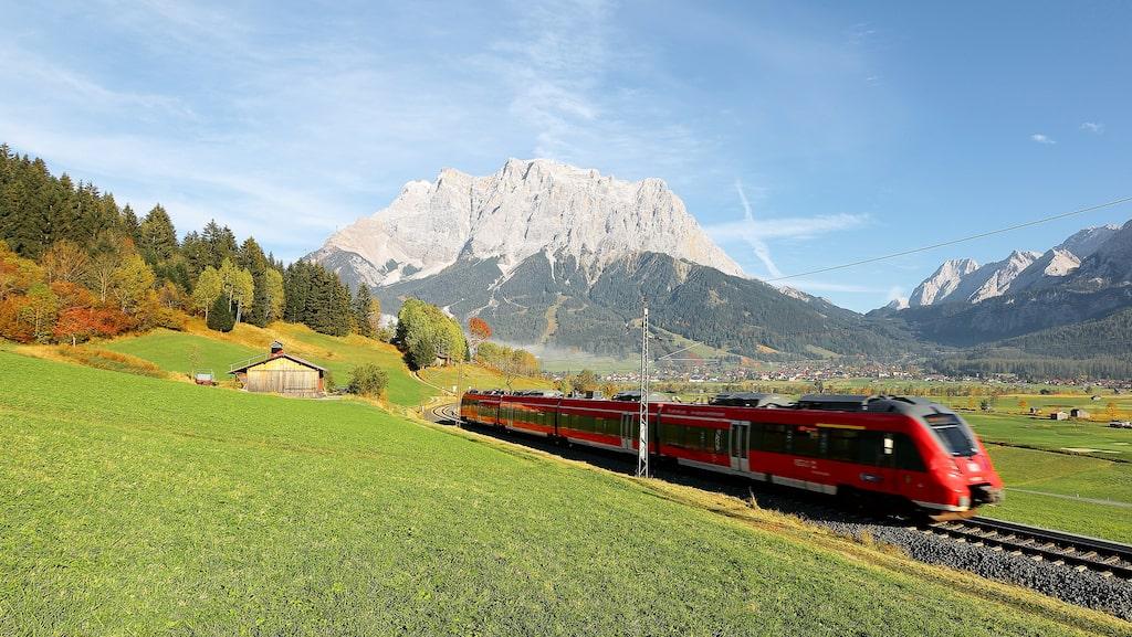 Att resa till Wien med tåg går utmärkt, dessutom kan man passa på att göra intressanta stopp på vägen. Varför inte ta tillfället i akt och utforska Hamburg i samband med tågbyte?
