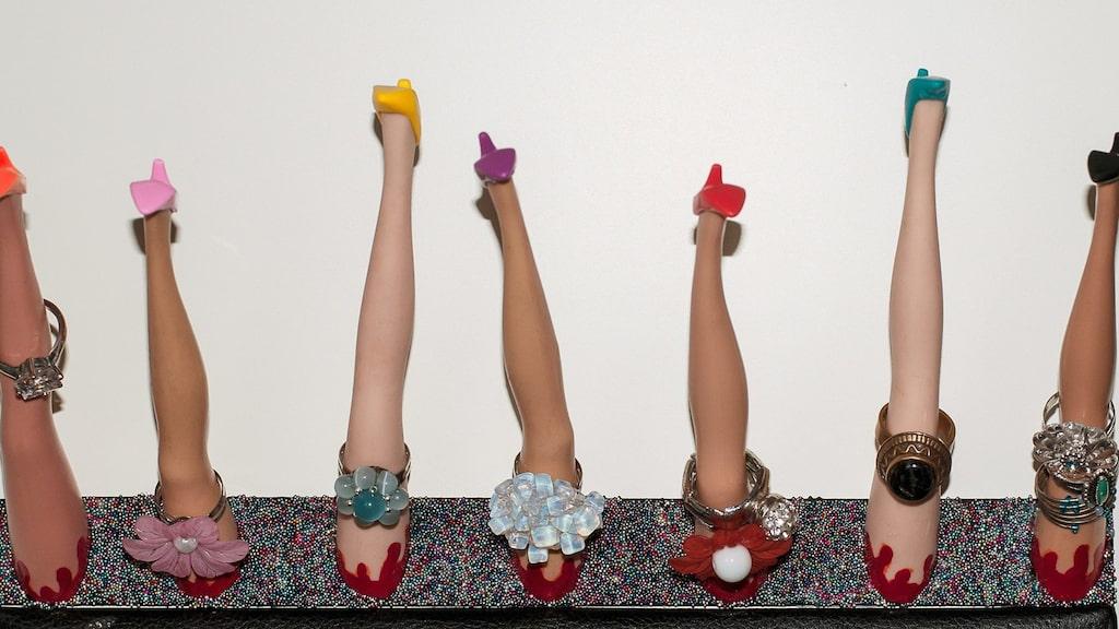 Barbie-benen blev en snygg ringhållare, som hon fäste på insidan av sin garderob.