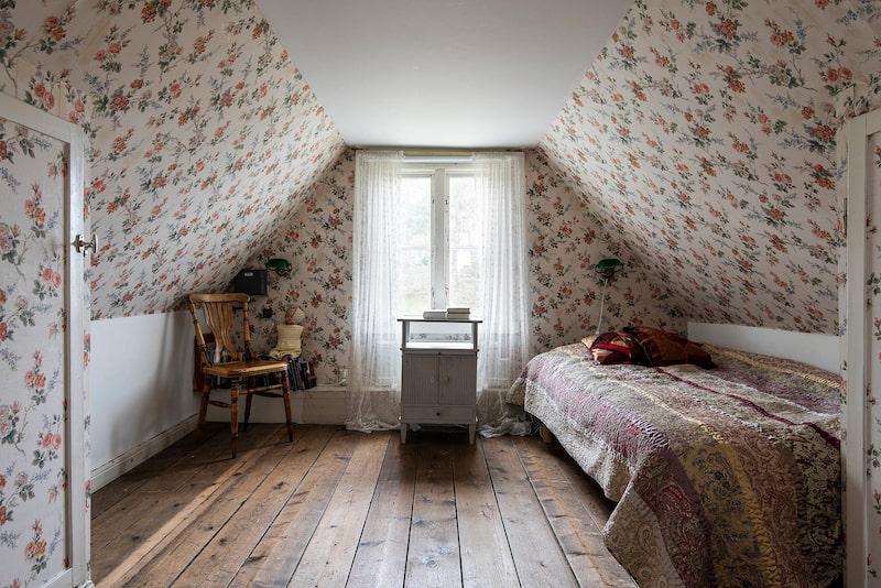 På övervåningen finns två sovrum, på var sin gavel.