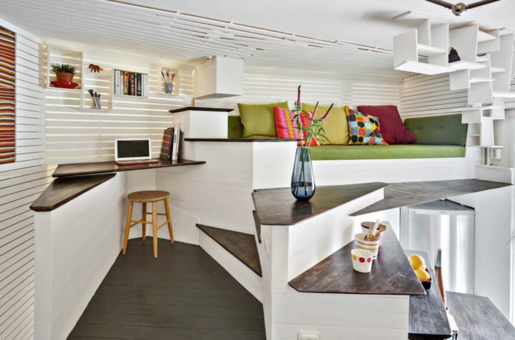 Takhöjden är över 3,5 meter, och därför har den prisbelönta arkitekten Torsten Ottesjö, som designat lägenheten, kunnat rita den som en spiral i tre plan, där varje centimeter utnyttjas maximalt.
