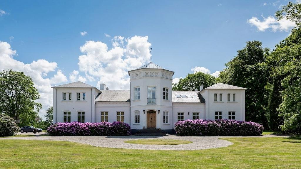 Den skånska herrgården ser så elegant och inbjudande ut att det är svårt att tro på den otäcka historia, som enligt sägen präglade det vackra huset under 1800-talet.