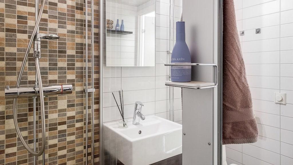 Lägenhetens badrum.