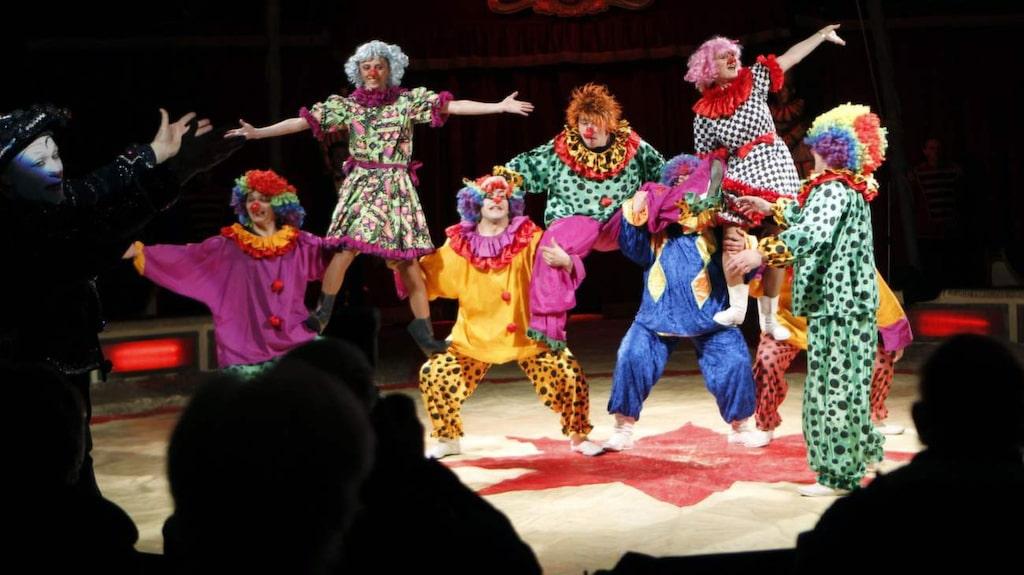 Malmö cirkusskola låter barnen prova på cirkusskola.