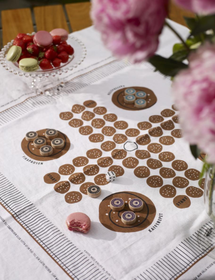 Fikaspelsugen.<br>Spelet Kaffe med knuff passar finfint till fikabordet, bara att duka upp till jordgubbarna eller fikat. Fika med knuff, 525 kronor, Designtorget.