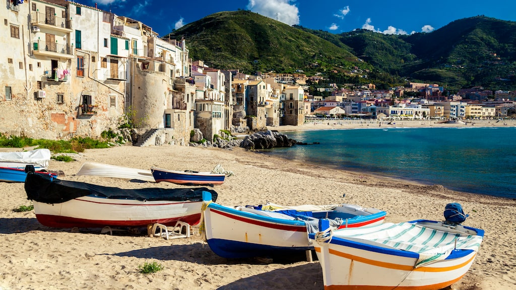 Spiagge di Cefalù – en perfekt strand för den som vill kombinera sol och bad med god mat och kultur på Sicilien.