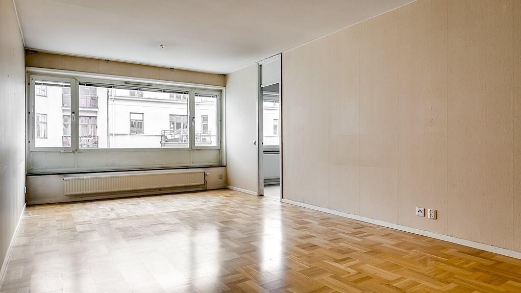 Rummet har parkettgolv och aprikosmålad strukturtapet som på en av väggarna rivits ner för att ge en mer spännande karaktär.