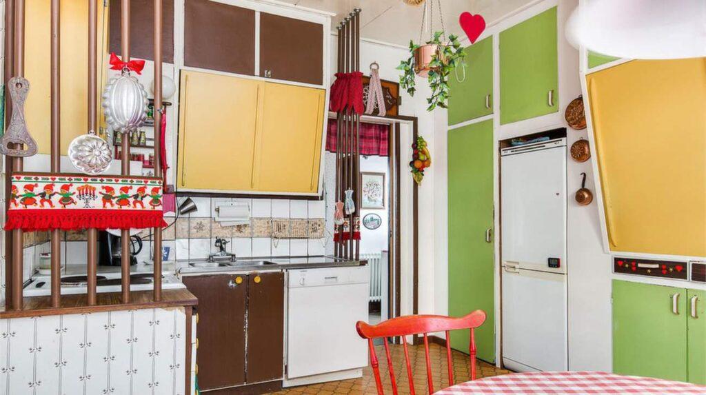 Det andra köket – med tre färger på köksluckorna.