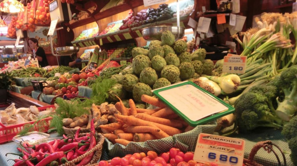 Det finns många marknader i Barcelona och de fullständigt sprakar av färger, ljud och dofter. Missa inte ett besök!