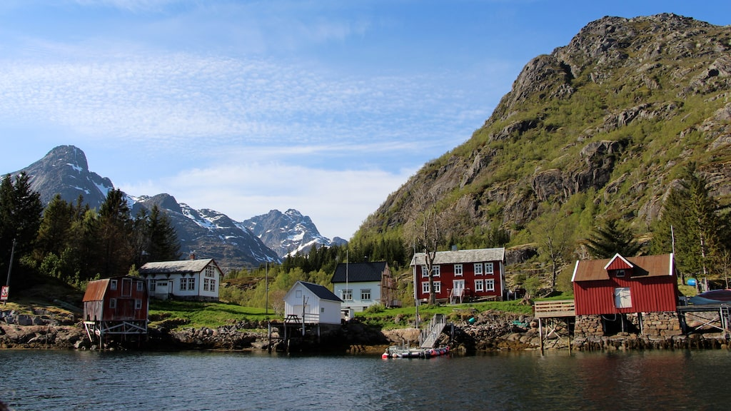 På vägen in mot Trollfjorden kryper klipporna allt närmre fartygets sidor.