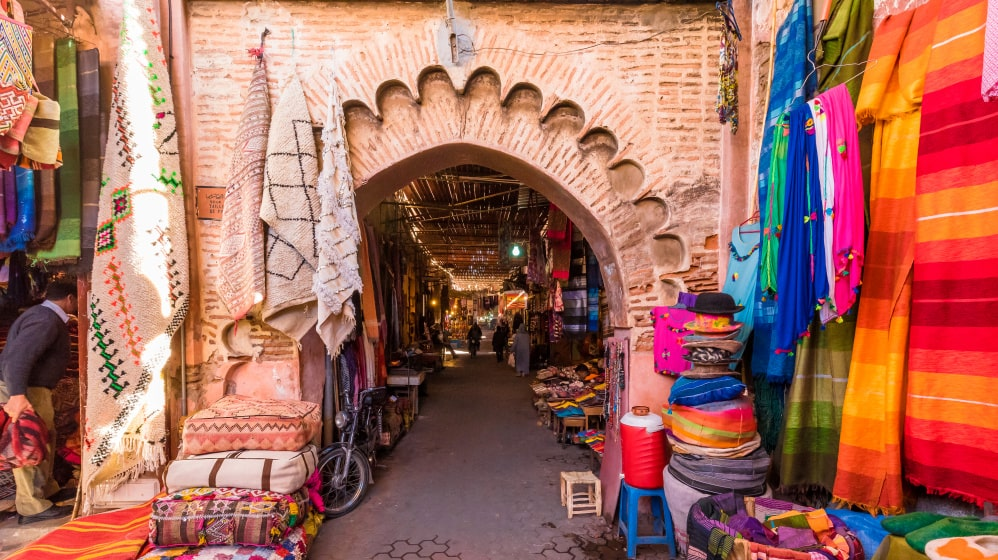 Det berömda torget Jemaa El-Fna är bättre bevarat och här är nästan alla ytor täckta av spännande detaljer.