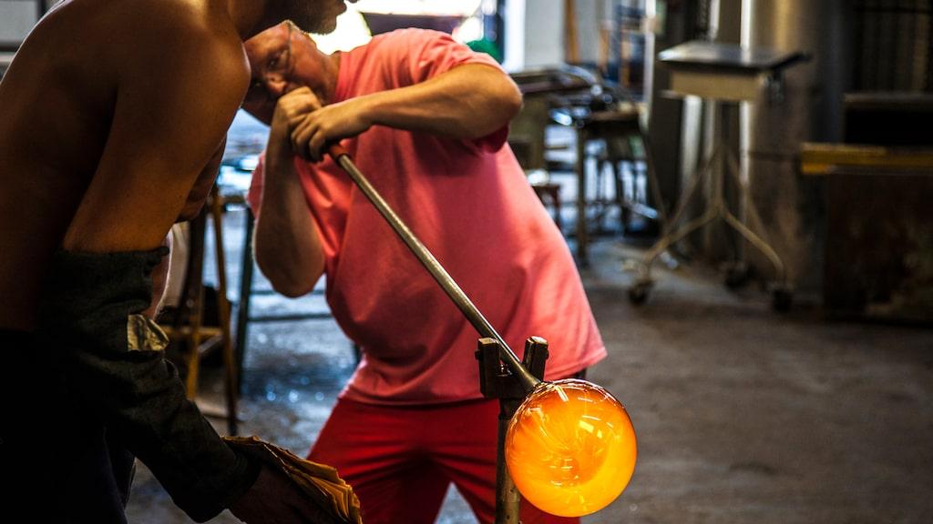 Glasblåsarna jobbar vanligen i team om två. Här på Skrufs glasbruk.