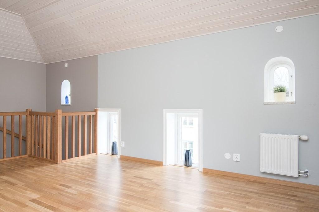 Högst upp ligger sovrummet med läcker utsikt åt tre håll och med gott om möjligheter att se ut – här finns nämligen sju fönster.