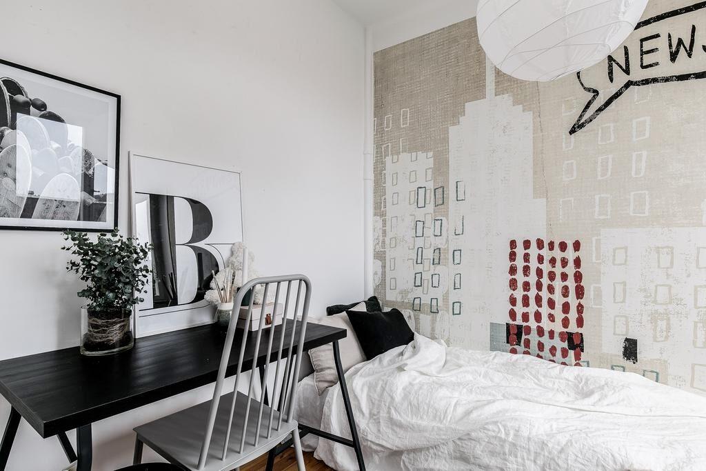 Intill köket och vardagsrummet finns det mindre sovrummet som rymmer enkelsäng och skrivbord. Ljust och trevligt rum som kan nyttjas som sovrum eller kontor. Utsikt mot city och vattnet.