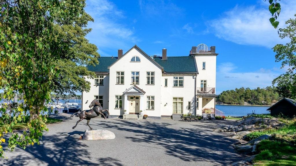 Just nu finns det en hel pampiga, vackra, flotta, lyxiga gårdar till salu på Hemnet. Vi har samlat några favoriter. Här är Björkviks gård på Värmdö.