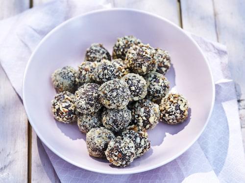 Snabbt, enkelt och sagolikt smarrigt! Bjud dina vänner på chokladbollar med hasselnötter.