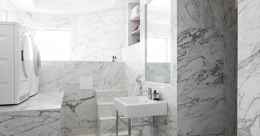 Badrummet är ljust och vackert inrett med carerramarmor på vägg och golv samt med ett upphöjt badkar till fönsternivå – för att kunna njuta av utsikten liggandes från det varma bubbelbadet.
