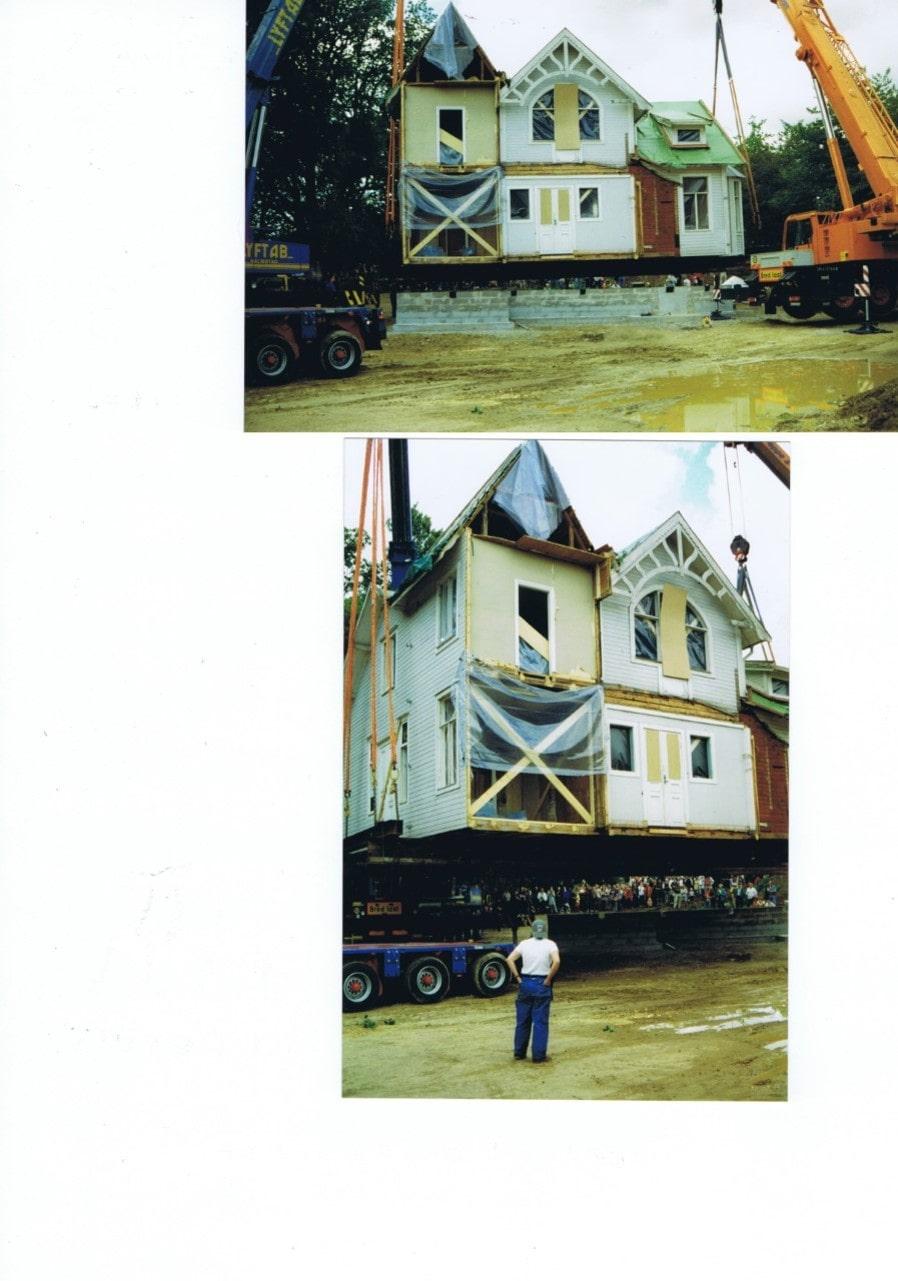 Här sätts huset på plats på nya tomten med hjälp av två lyftkranar.