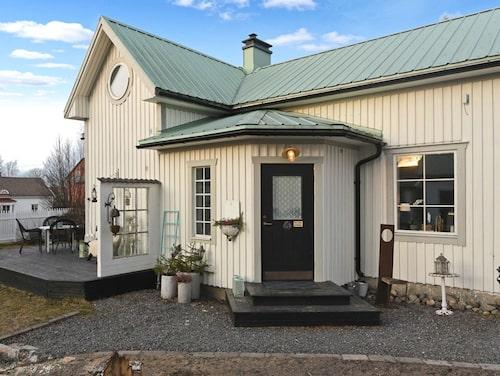 Det här huset i Umeå har både gårdshus, gästhus och jacuzzi.