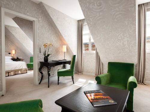 På Le Pavillon de la Reine är alla rum individuellt inredda.