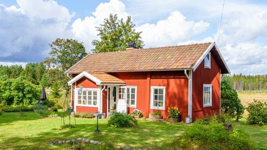 """Det rödvita torpet som för tankarna till Astrid Lindgrens """"Bullerbyn"""" säljs för 725 000 kronor."""