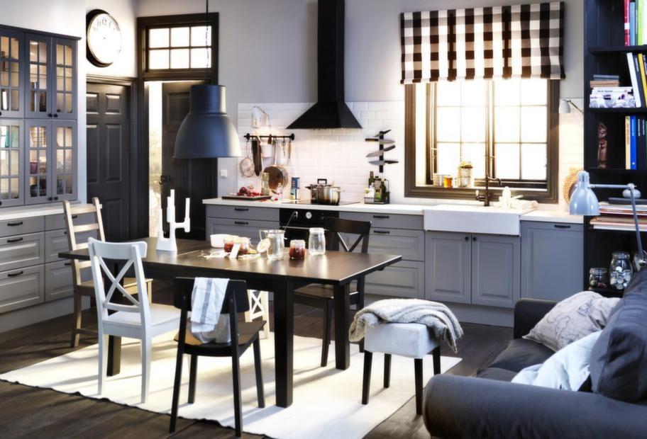 """<strong>Faktum Lidingö, Ikea</strong><br><span style=""""text-decoration: underline;"""">Nyhet från Ikea</span><br>Ännu en nyhet från Ikea är luckan Lidingö i grått. På bilden syns också vitrinluckor och lådfronter i grått.<br>Pris: cirka 24 000 kronor exklusive vitvaror. I priset ingår Svep handtag och Prägel bänkskiva."""