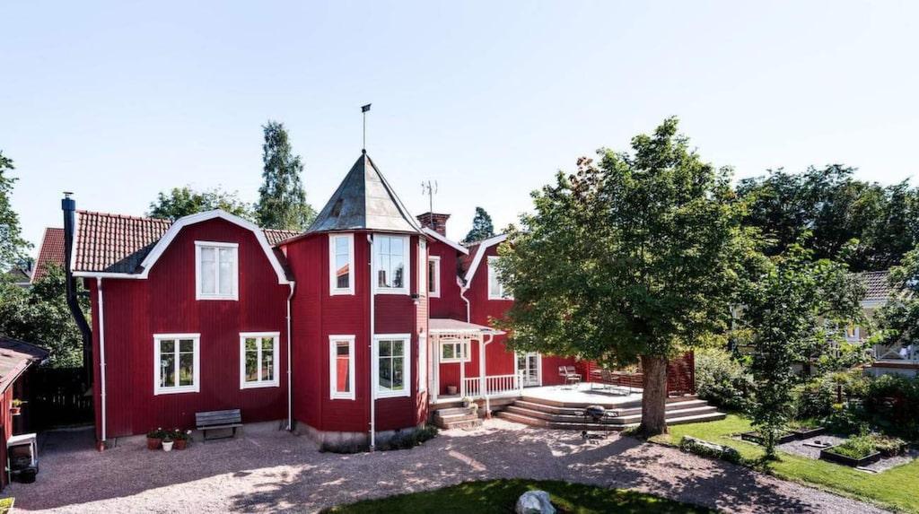 Huset i Falun, Dalarna, liknar nästan ett litet slott med sitt tornhus. Nu är huset till salu.