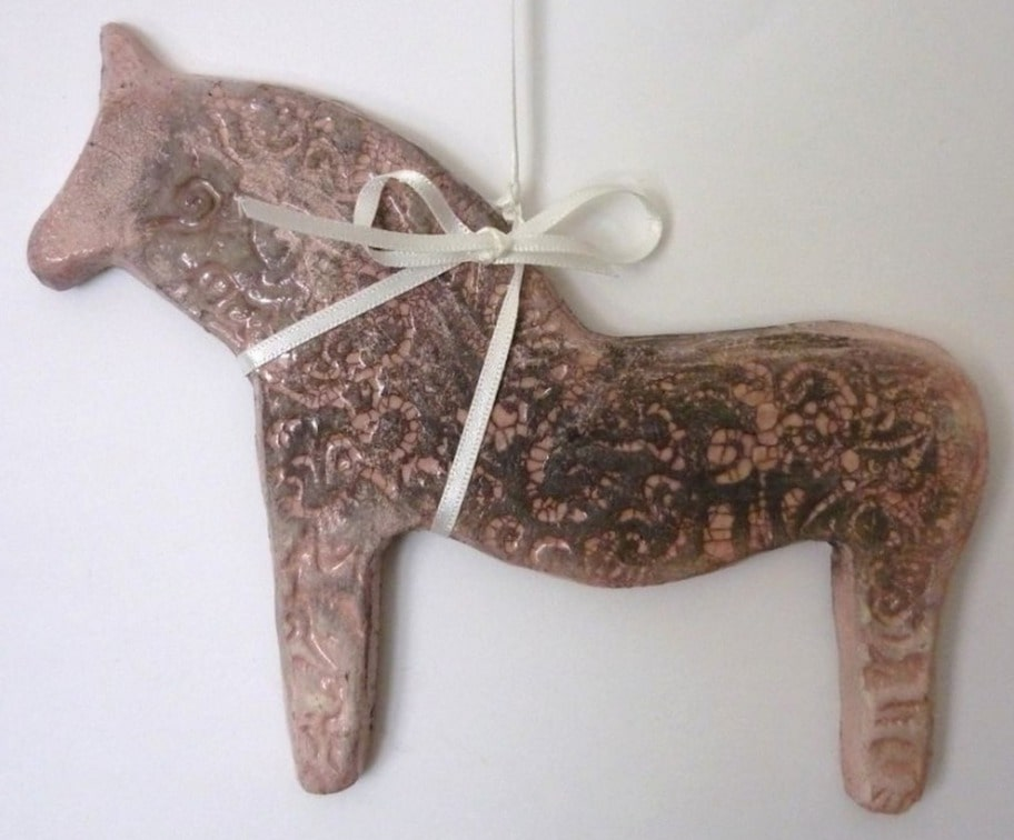Dekorera. Rosa rakubränd dalahäst med band för upphängning, längd 15 centimeter, 320 kronor, signerat.se.