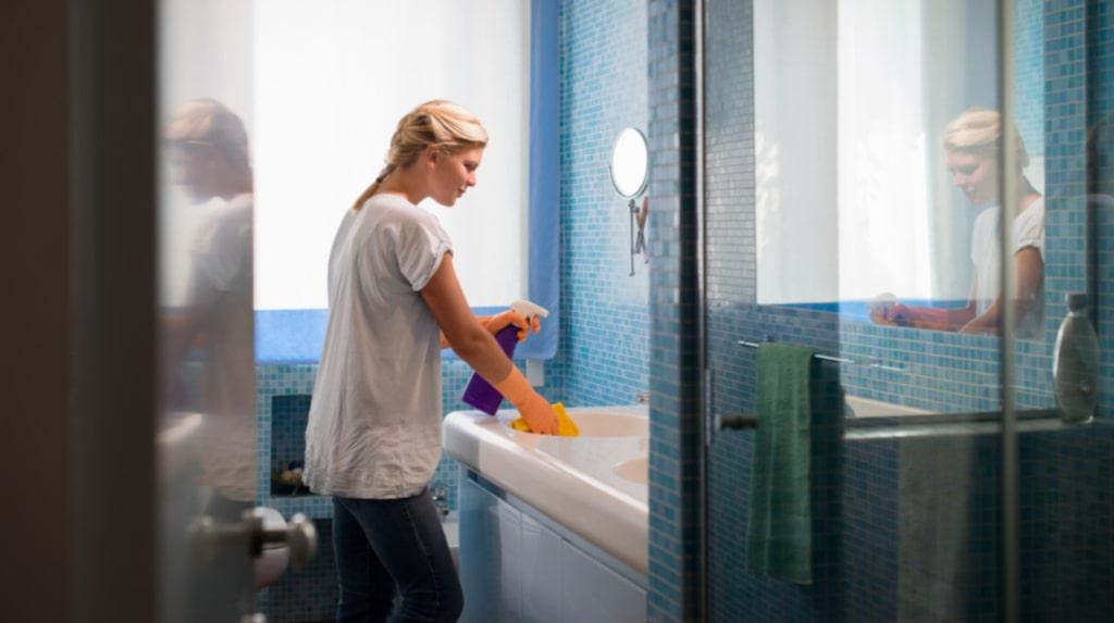 Städa badrummet är inte alltid kul. Men ett par minuters arbete kan förlänga tiden mellan gångerna du måste rengöra hela badrummet.